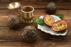 Passiflore comestible de passiflore, fruit exotique sur de vieux conseils Grand plan rapproché, style rustique photographie stock