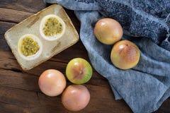 Passiflore comestible de passiflore avec dénommer rustique photo stock