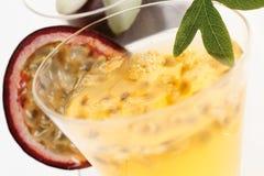 Passiflore comestible de passiflore avec la boisson de fleur et de maracuja Photos libres de droits