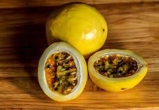 Passiflore comestible de passiflore jaune Photos libres de droits