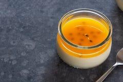 Passiflore comestible de passiflore tropicale Panna Cotta Dessert Photographie stock libre de droits