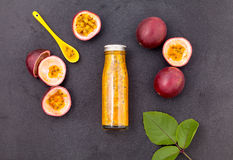 Passiflore comestible et jus de passiflore frais dans la bouteille Images stock