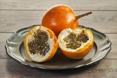 Passiflore sur une plaque de métal Fruit, coupe et appétissant savoureux et exotiques photo libre de droits
