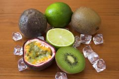 Passiflores comestibles de kiwis, de chaux et de passiflore Image stock