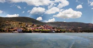 Passignano全景在湖Trasimeno的 免版税库存照片