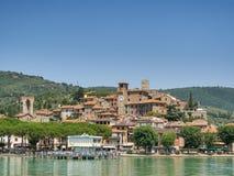 Passignano som ses från den Trasimeno lakesiden i Umbria Royaltyfria Foton