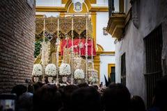 Passin de la Virgen por una iglesia del callejón imagen de archivo libre de regalías