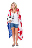 Passioné du football assez blond portant le drapeau des Etats-Unis Image stock