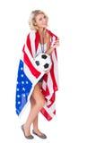 Passioné du football assez blond portant le drapeau des Etats-Unis Photographie stock libre de droits