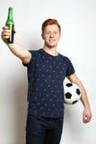 Passioné du football avec de la bière Images libres de droits