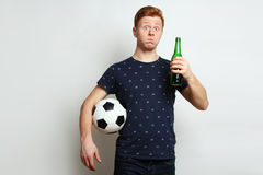 Passioné du football avec de la bière Photo stock
