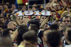 Passionés du football avec des écharpes images libres de droits