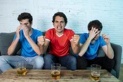 Passionés du football déçus et heureux observant un match de football Photo libre de droits