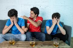 Passionés du football déçus et heureux observant un match de football Photos stock