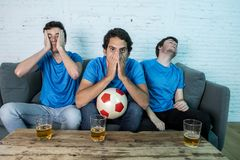Passionés du football déçus observant un match de football Photos stock