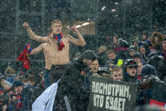 Passionés du football de CSKA sur le jeu de football Images libres de droits