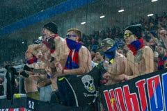 Passionés du football de CSKA sur le jeu de football Photographie stock libre de droits