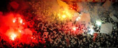 Passionés du football du football ou employant la pyrotechnie images stock