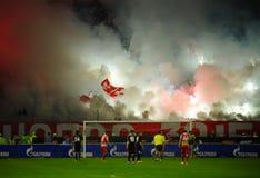 Passionés du football du football ou employant la pyrotechnie photographie stock libre de droits