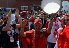 Passionés du football marocains avec le drapeau du pays sur la place rouge pendant la coupe du monde 2018 de la FIFA Images libres de droits