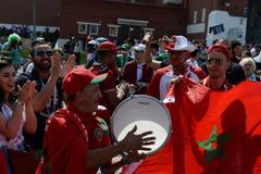 Passionés du football marocains avec le drapeau du pays sur la place rouge pendant la coupe du monde 2018 de la FIFA Photo stock