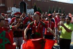 Passionés du football marocains avec le drapeau du pays sur la place rouge pendant la coupe du monde 2018 de la FIFA Images stock