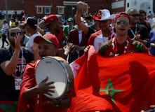 Passionés du football marocains avec le drapeau du pays sur la place rouge pendant la coupe du monde 2018 de la FIFA Photographie stock libre de droits