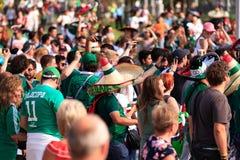 Passionés du football mexicains sur les rues d'Iekaterinbourg Photos stock