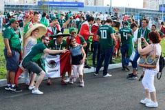 Passionés du football mexicains sur les rues d'Iekaterinbourg Image stock