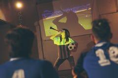 Passionés du football observant le jeu image stock