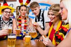Passionés du football observant un jeu de l'équipe nationale allemande Images libres de droits