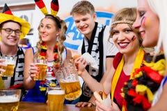 Passionés du football observant un jeu de l'équipe nationale allemande Image stock