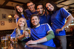 Passionés du football ou amis avec de la bière à la barre de sport Image stock