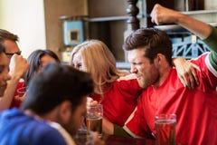 Passionés du football ou amis avec de la bière à la barre de sport Images stock