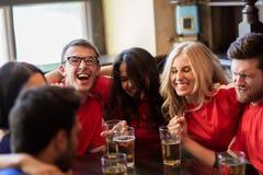 Passionés du football ou amis avec de la bière à la barre de sport Photos libres de droits