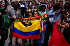Passionés du football sénégalais et colombiens à la rue de Nikolskaya à Moscou à la coupe du monde du football de la FIFA, 2018,  Photographie stock