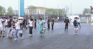 Passionés du football sous la douche après l'achèvement du stade banque de vidéos