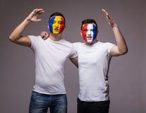 Passionés du football suport amical de Frances et de la Roumanie d'équipes nationales ensemble le jeu de leurs équipes Image libre de droits
