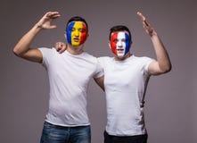 Passionés du football suport amical de Frances et de la Roumanie d'équipes nationales ensemble le jeu de leurs équipes au match o Photos stock