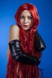 Passion attraktiv kvinna med enorm röd man, blå chroma royaltyfria foton
