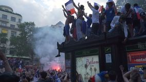 Passion av folk för fotboll, Champs-Elysees aveny i Paris i Frankrike efter den 2018 världscupen arkivfilmer