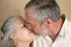 passionerad kyss Arkivfoton