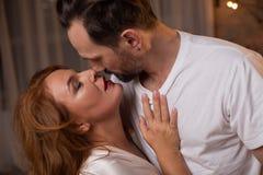 Passionerade älska par som kysser med fondness royaltyfri foto