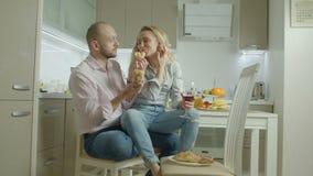 Passionerade par som tycker om lunch i inhemskt kök stock video