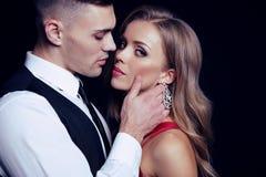 Passionerade par stiliga affärsmässiga män med den härliga flickan med långt blont hår Royaltyfria Bilder