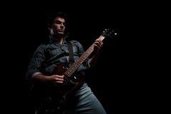 Passionerat ungt spela för gitarrist arkivbilder