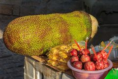 Passionfruit和波罗蜜在市场上在厦门中国 库存图片