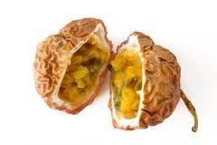 Passionfruit成熟在背景 免版税库存照片
