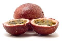 Passionfruit è dimezzato con polpa, isolato immagini stock libere da diritti