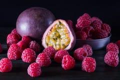 Passionfruit и много поленик на черном деревянном столе на темноте Стоковое Изображение RF